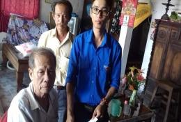 Đồng chí Phạm Văn Quí Hậu (áo Đoàn) - Bí thư Chi đoàn ấp Rạch Gừa xã Phú Long thăm và tặng quà cho gia đình chính sách.